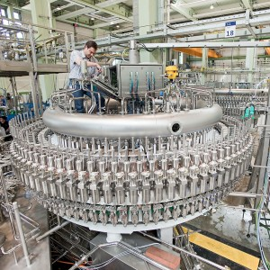 Dieses Industriefoto zeigt die Herstellung einer Getränkeabfüllanlage.