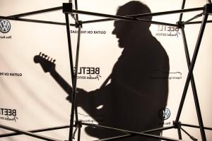 Gitarrist spielt während einer Promotion-Veranstaltung in Hamburg.