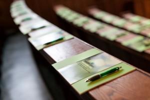 Informationsmaterial liegt für die Veranstaltungsteilnehmer an ihren Sitzplätzen aus.