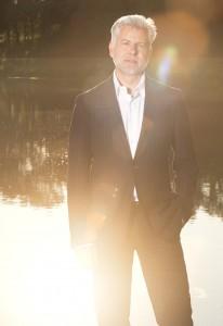 Outdoor angefertigtes Porträtfoto eines Managers mit mobiler Blitzanlage