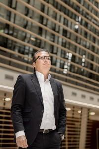 Porträtfoto eines Managers vor der Kulisse moderner Architektur