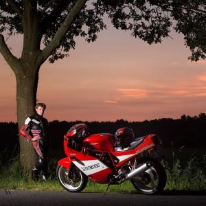 Porträtfoto eines Motorradfahrers mit seinem Motorrad im Sonnenuntergang