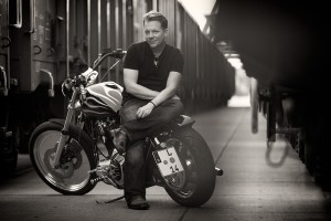 Porträtfotografie eines Bikers mit Harley Davidson
