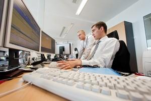 Börsenhändler an ihren Computern.