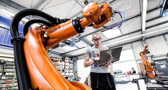 High Key Fotoaufnahme von der Industrieproduktion eines Roboters
