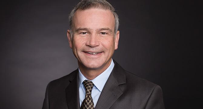 Porträtfoto eines Managers, angefertigt mit mobilem Fotostudio in Hamburg
