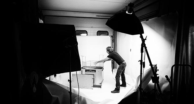 Der Hamburger Fotograf Bernhard Claßen während Fotoshooting im Fotostudio