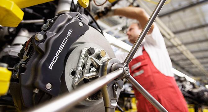 Industriefoto zeigt die Produktion des Porsche Cayenne in der Fabrik in Leipzig
