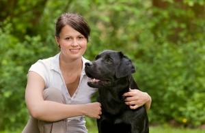Foto einer Tierphysiologin zusammen mit Hund