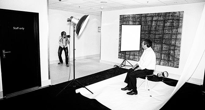 Der Fotograf Bernhard Claßen aus Hamburg während eines Fotoshootings für Porträtfotos