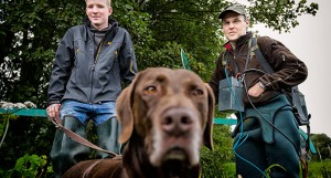 Männer mit Hund beim Elektrofischen