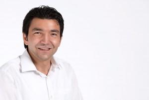 Porträtfoto eines Mannes im mobilen Fotostudio