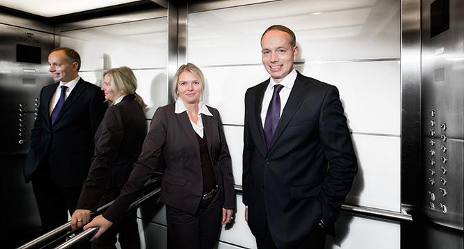 Porträtfoto eines Managers und einer Unternehmerin in einem Fahrstuhl