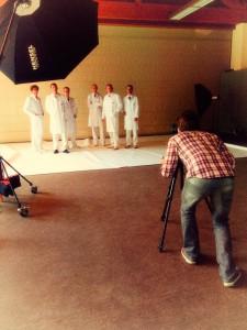 Der Hamburger Porträtfotograf Bernhard Classen fotografiert ein Gruppenfoto mit Ärzten für eine Klinik.