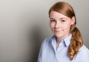 Das Porträtfoto dieser Mitarbeiterin entstand in einem mobilen Fotostudio.