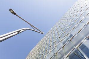 Moderne Gebäudefassade aus Glas in der HafenCity Hamburg.