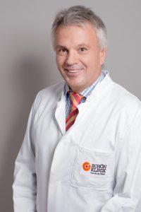 Dieses Mitarbeiterporträt zeigt einen Arzt einer Hamburger Klinik.