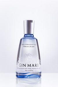 Dieses Produktfoto zeigt eine Flasche mit Alkohol, fotografiert für einen online-Shop.