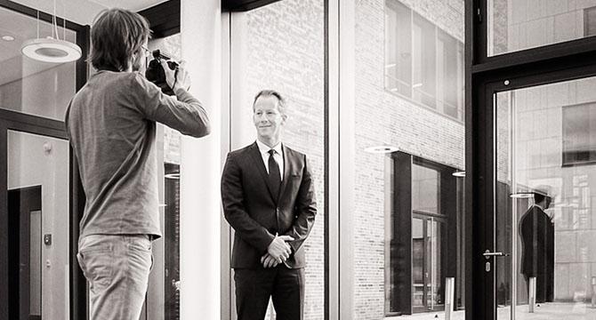 Fotograf Bernhard Classen bei einem Fototermin für Mitarbeiterportraets.