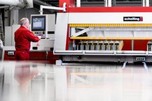 Mit dieser Säge werden bei einem Hamburger Industrieunternehmen Produkte aus Kunststoff hergestellt.