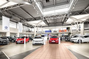 Autos im Showroom eines Hamburger Autohauses.