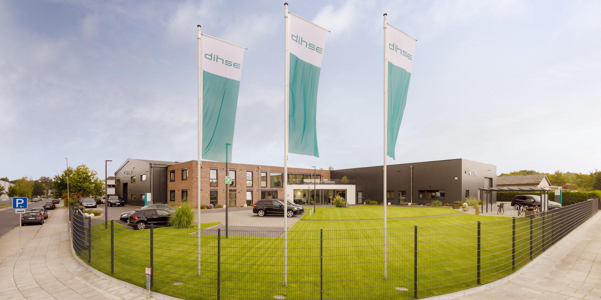 Dieses Architekturfoto zeigt die Aussenansicht eines Industrieunternehmens in Quickborn.
