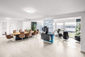 Moderner Konferenzraum einer Hamburger Firmenzentrale.
