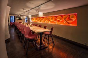 Innenansicht eines modernen Restaurants mit farbintensiver Beleuchtung.