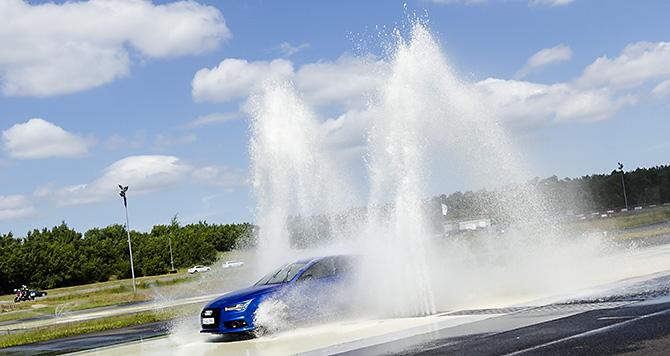 Dieses Eventfoto entstand während der Veranstaltung eines Automobilherstellers in einem Fahrzsicherhitszentrum.