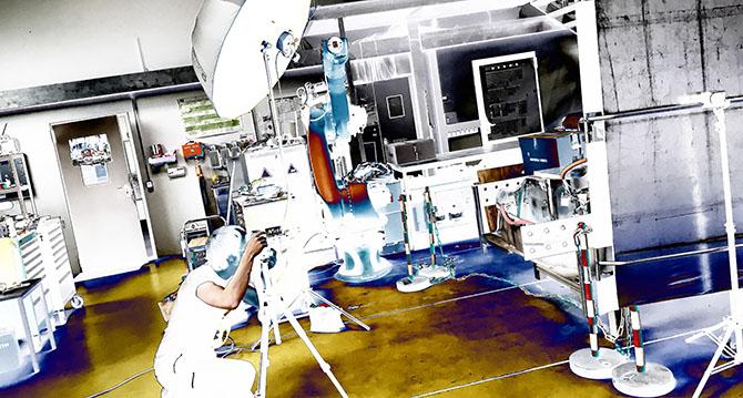 Produktfotograf Bernhard Classen aus Hamburg während eines Fotoshootings mit seinem mobilen Fotostudio.