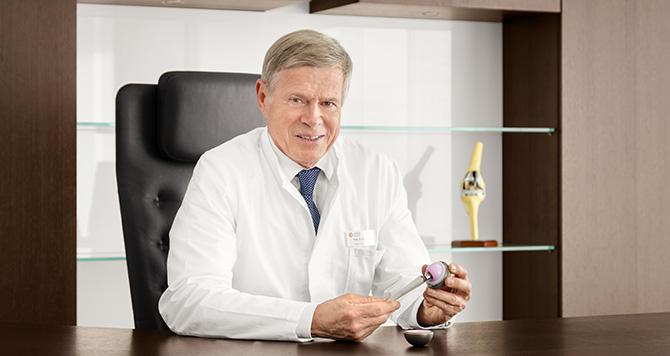 Dieses Medizinfoto zeigt einen Mediziner mit Hüftprothese.