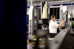 Arbeiter an einer Maschine in einem Hamburger Industrieunternehmen.
