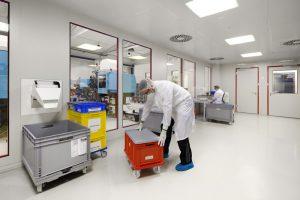 Mitarbeiter in einem Reinraum in einem Industrieunternehmen in Hamburg.