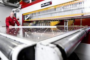 Arbeiter an einer Sägemaschine in einem Industrieunternehmen in Hamburg.