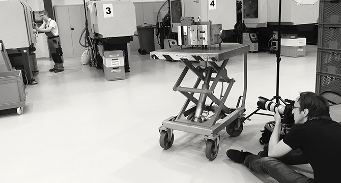 Industriefotograf Bernhard Classen aus Hamburg bei einem Fotoshooting in einer Industrieanlage in Quickborn.