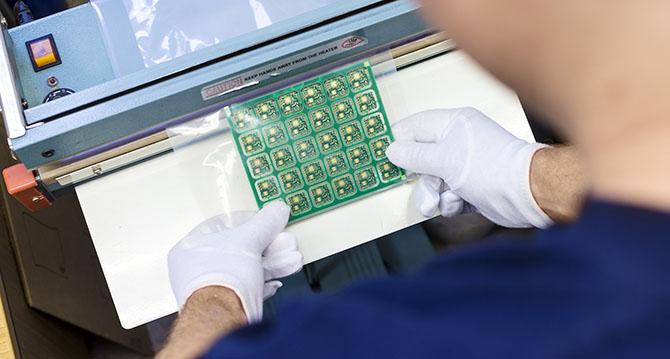 Elektronische Bauteile werden bei einem Berliner Industrieunternehmen verpackt.