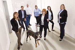 Gruppenfoto zeigt die Mitarbeiter eines Industrieunternehmens aus Quickborn.