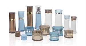 Produktfoto für einen online-Shop zeigt Kosmetika in ihren Verpackungen.
