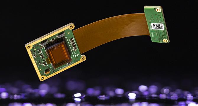 Dieses Produktfoto zeigt ein elektronisches Bauteil in schwebendem Zustand.