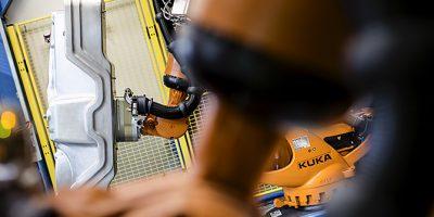 Dieses Industriefoto zeigt Roboter in der Produktionsstätte eines Automobilzulieferers.