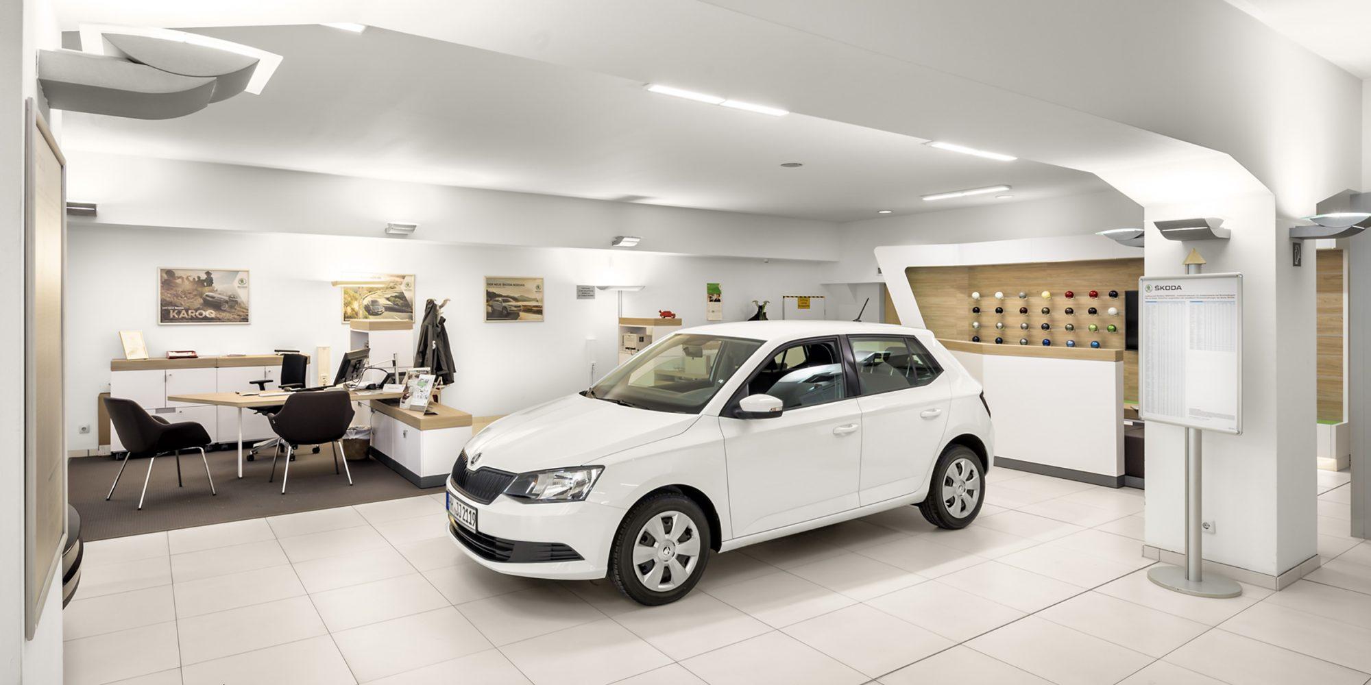 Dieses Werbefoto zeigt den Showroom eines Hamburger Autohauses.