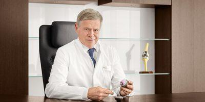 Dieses Medizinfoto zeigt das Porträt eines Arztes aus Hamburg.