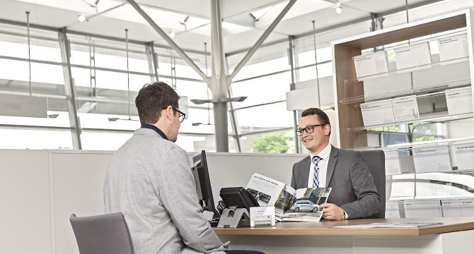 Dieses Unternehmensfoto zeigt eine Beratungssituation in einem Hamburger Autohaus.