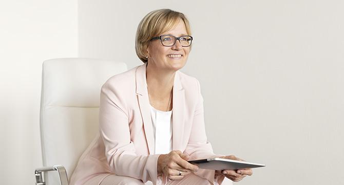 Porträtfoto einer Geschäftsfrau aus Hamburg.