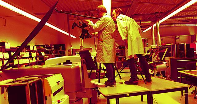 Der Filmer Bernhard Classen bei einer Filmproduktion in einem Industrieunternehmen in Hamburg.
