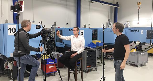 Filmer Bernhard Classen aus Hamburg bei Filmaufnahmen für einen Imagefilm in einem Industrieunternehmen.