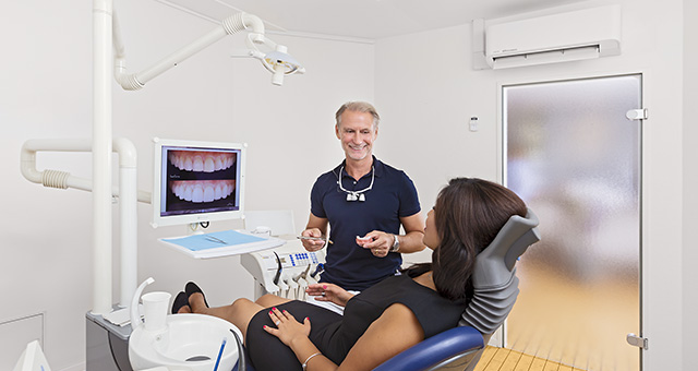 Dieses Medizinfoto zeigt eine Behandlungsszene in einer Zahnarztpraxis in Hamburg.