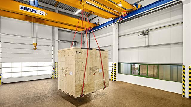 In einer Hamburger Industriehalle werden Kisten mit einem Kran transportiert. Urhebernachweis: Industriefotograf Bernhard Classen aus Hamburg