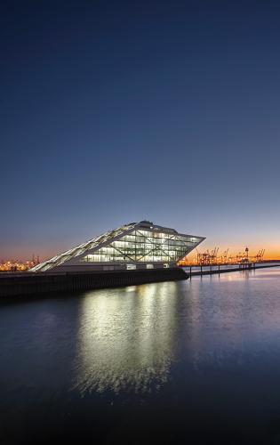 Das moderne Bürogebäude Dockland am Hafen in Hamburg.