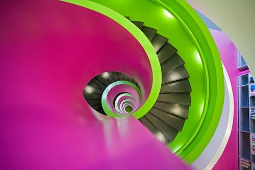 Interieurfotografie: eine bunte, moderne Wendeltreppe.
